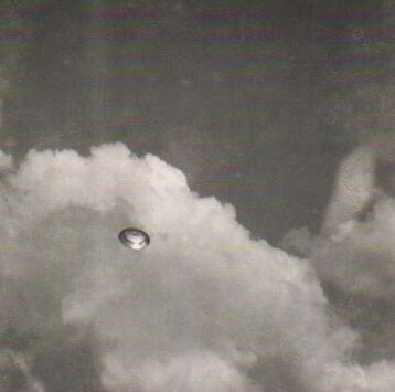 Picture of a UFO taken by Klarer in 1955. (Image source: http://www.universe-people.com/english/svetelna_knihovna/obrazky/beyond_the_light_barrier_obr_02.jpg)
